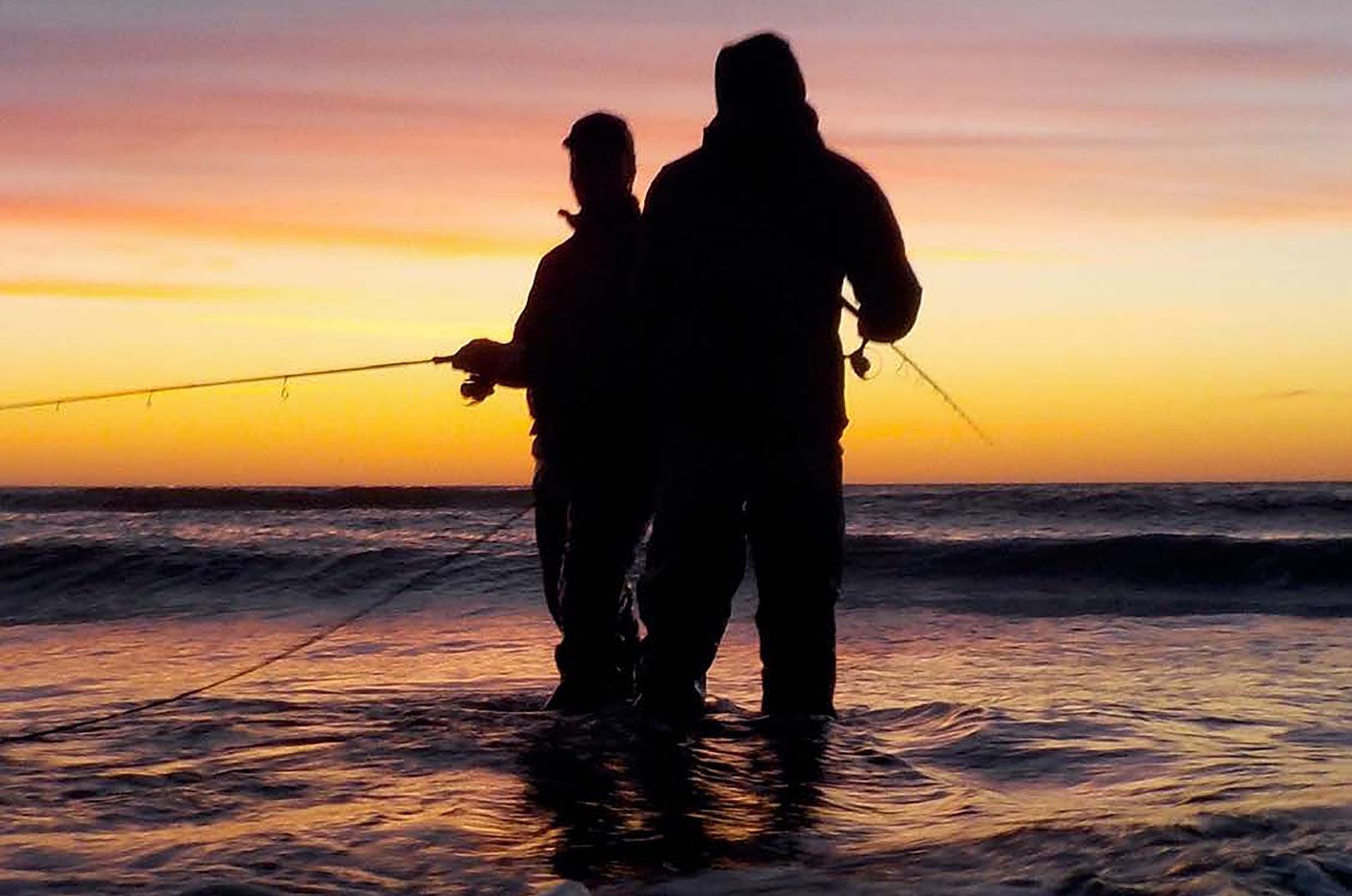 olnedgangen på vestkysten er noget af det smukkeste at afslutte en fiskedag med. Her er det Stefan og Rune som fisker side om side, men i hver sin retning af et revle gennembrud. Læg mærke til hvor lavt vandet er. Det var i dette ankeldybe vand at pighvarerne befandt sig