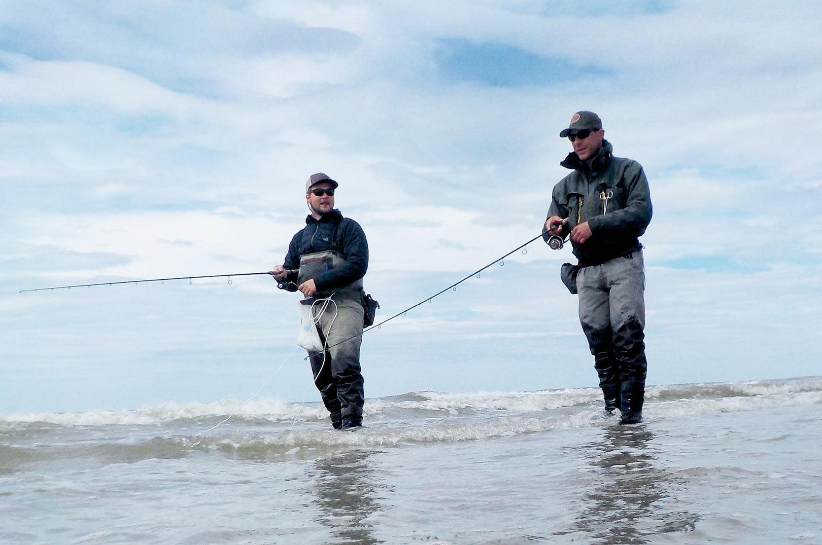 Stefan og Henrik afsøger strandskyllet side om side. Pighvarfiskeri er et hyggeligt og roligt fiskeri.