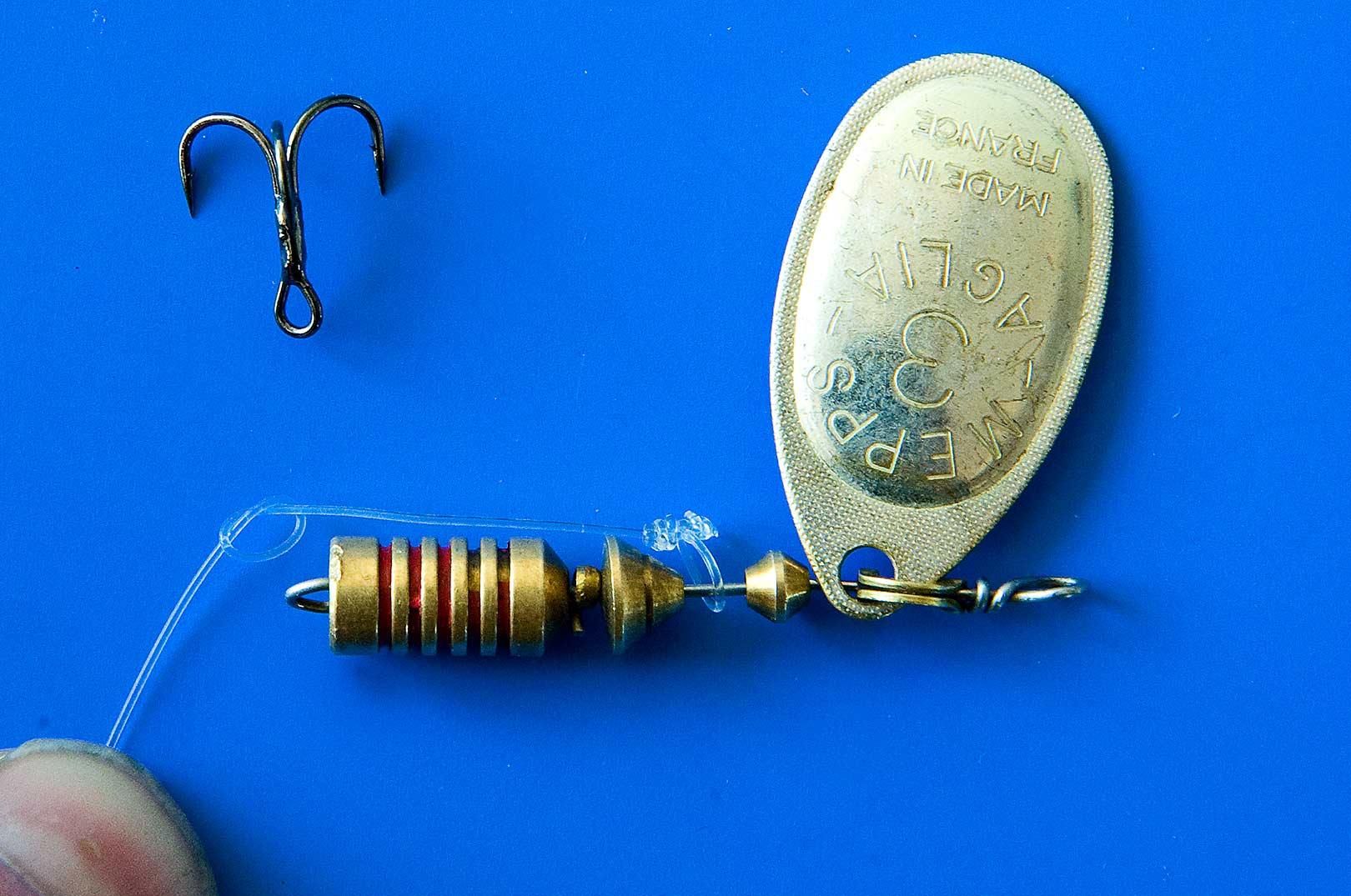 5: Stram ophængerløkken til og bind starten på en rapalaknude ca 0,5-1 cm bag spinnerkroppen.