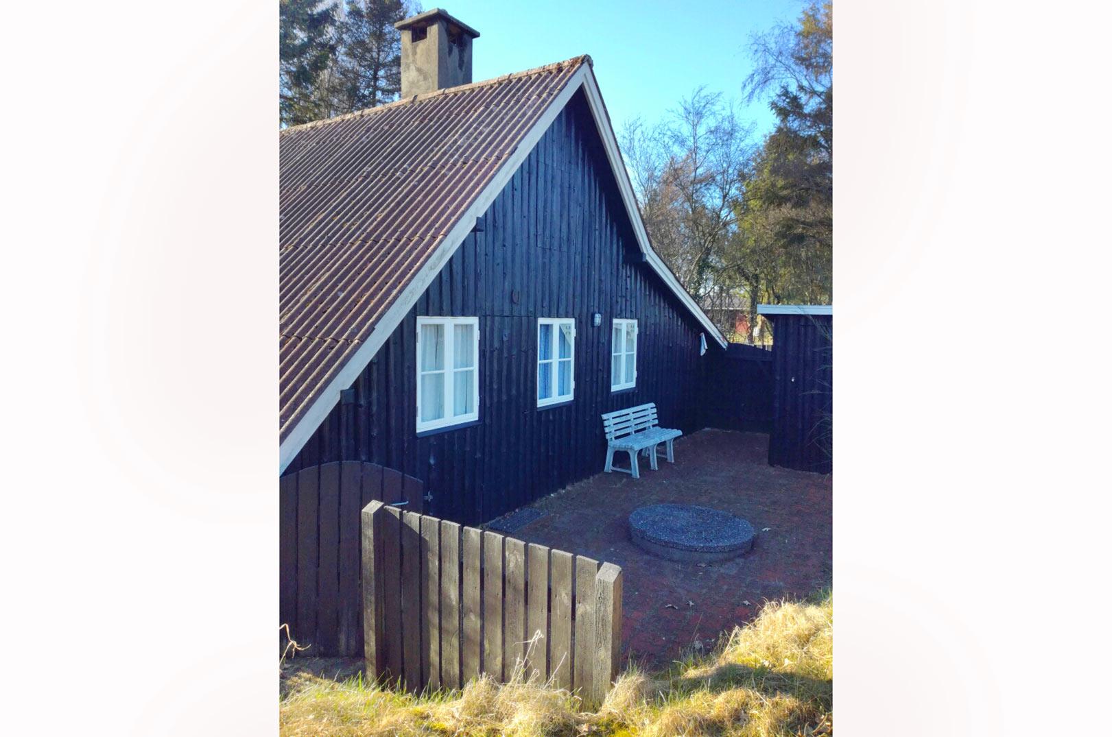 Der er også en dejlig terasse ved hytten, hvor man kan nyde livet inden og efter fisketuren.