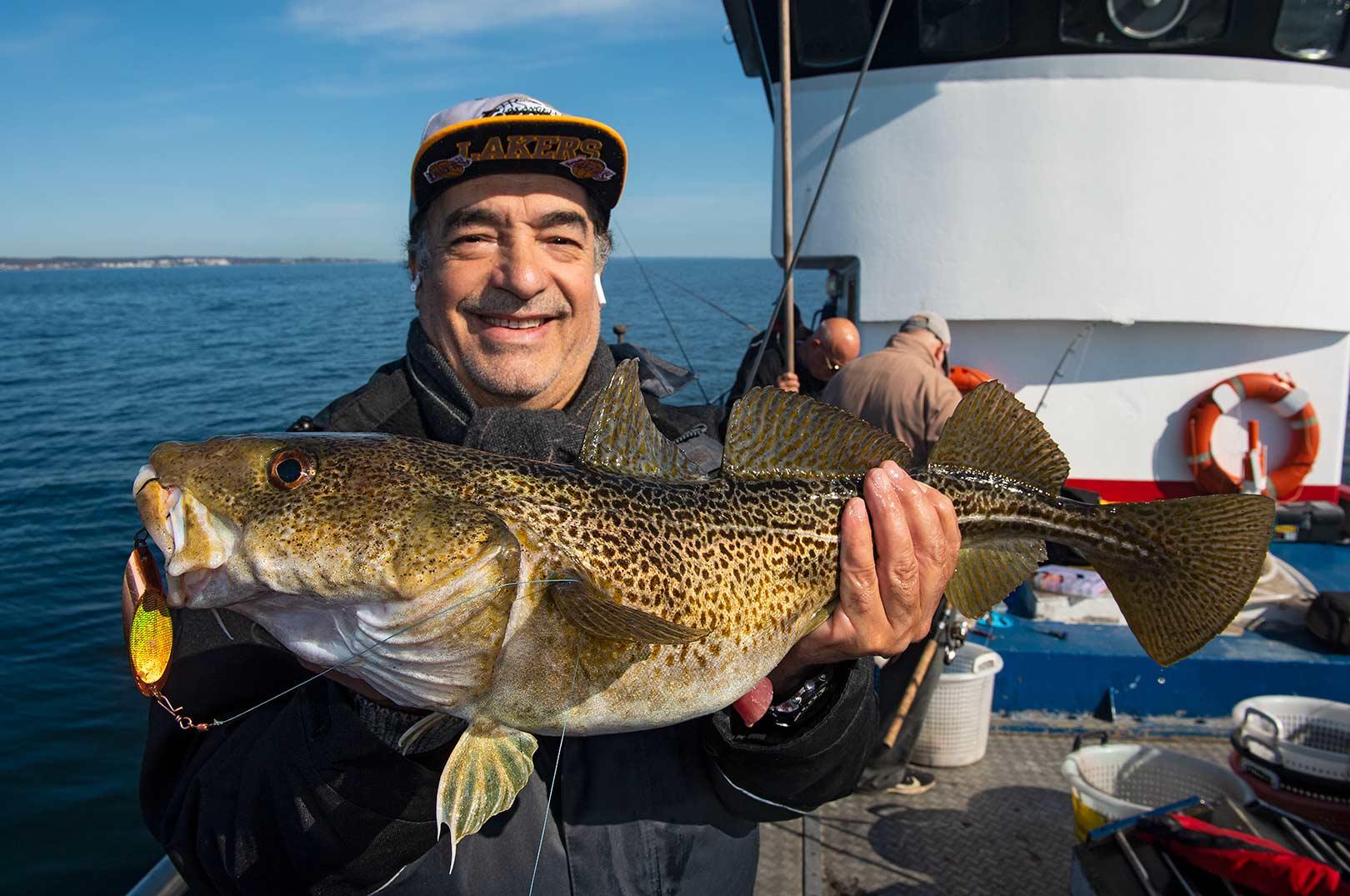 En af Øbys glde gæster med en torsk i den størrelse, som der er masser af.