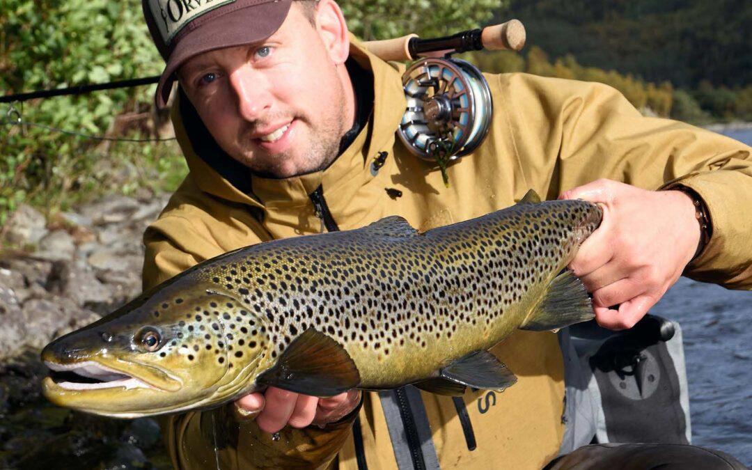 Artiklens forfatter med en smuk, let farvet hanfisk på knap 70 cm. Fisken tog fluen hårdt nær egen bred.