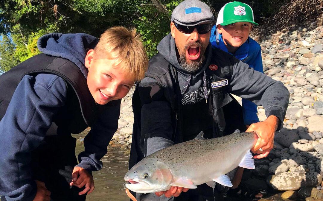 En fælles familie steelhead fra vildmarken i BC. Det her er Storm & Vester's første møde med deres fars favorit fisk.