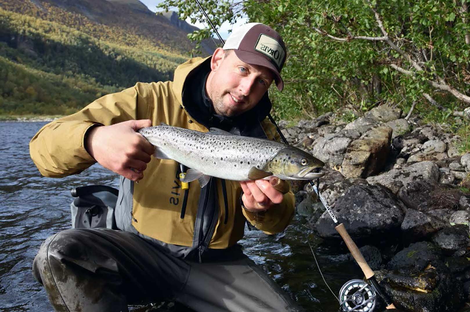 De fleste havørreder vi fanger, ligger som denne omkring de 45-55 cm. Men der fanges jævnligt 3-5 kilos fisk i både elven og fjorden.