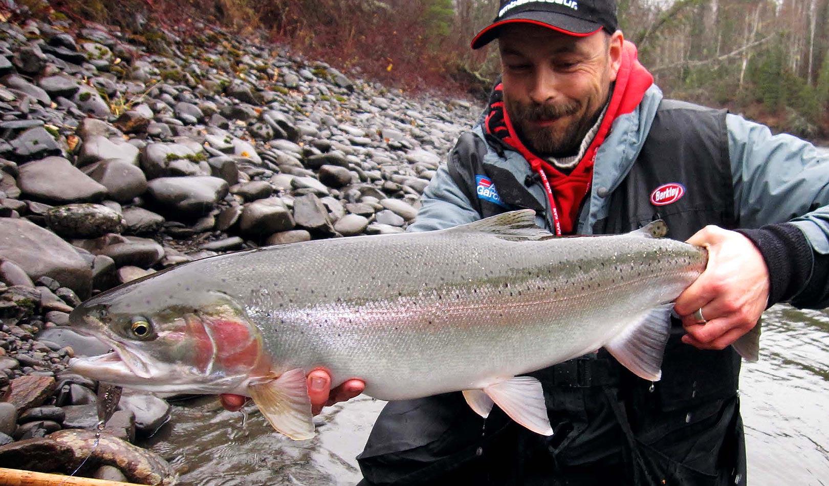 Denne smukke fisk lokkede smilet frem efter en spændende kamp i den hårde strøm.