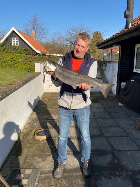 Henrik Mølck med sin flotte havørred, der huggede på en Jensen pirk langs den bornholmske kyst ved Gudhjem.
