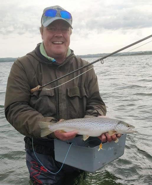 Chris med en fin havørred fra turen. Øverst Per med sin flotte fisk på 62 centimeter.