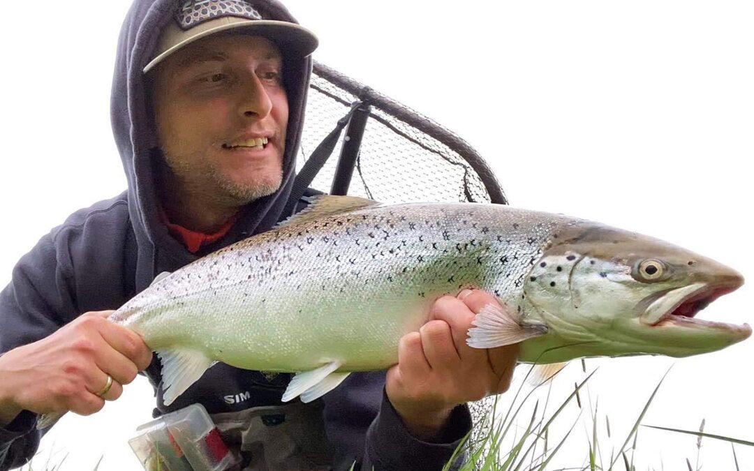 Dennis Flynder Rasmussen med sin flotte hajsspringer havørred fra Gels Å