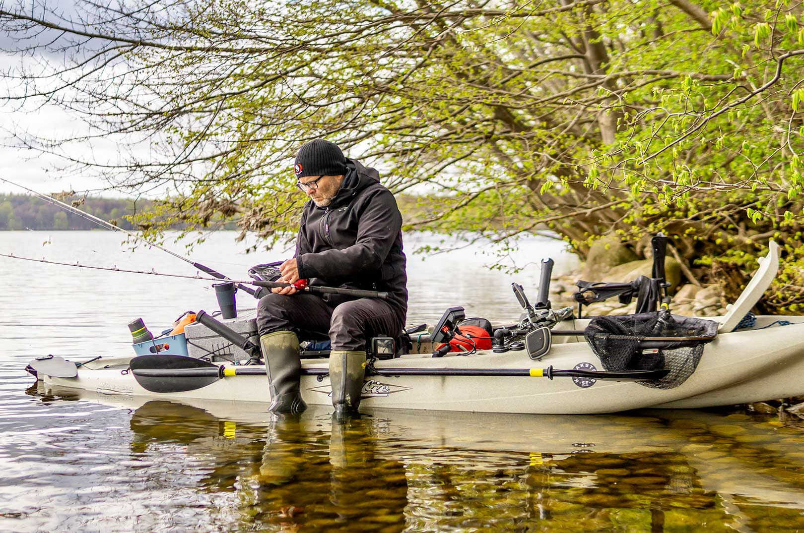 Jan Veiby tager et lille break i kajakfiskeriet på Esrum Sø.