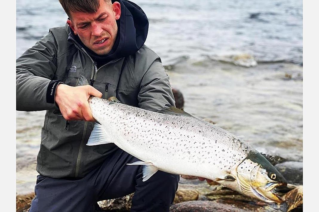 Mathias Jacobsen med den ene af de to flotte havørreder fra den svenske kyst.