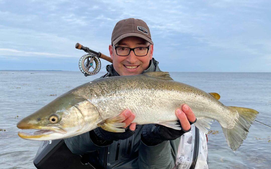 Peter Nielsen med sin flotte kystørred taget på en variant over fluen Guldbassen