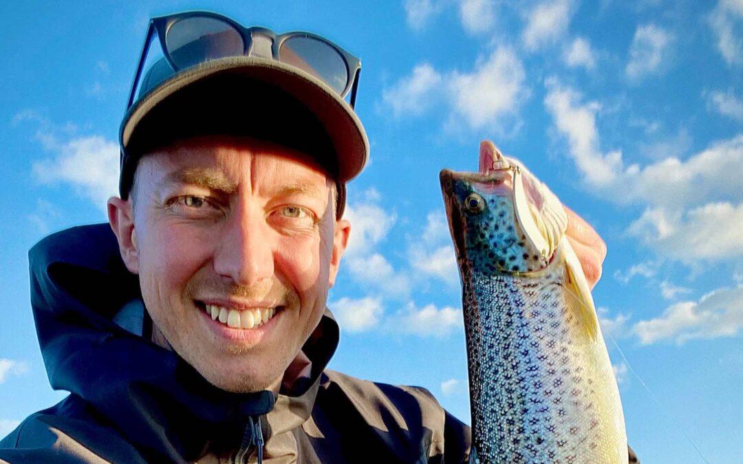 Rene Vinkel med sin flotte havørred taget på pladeblink