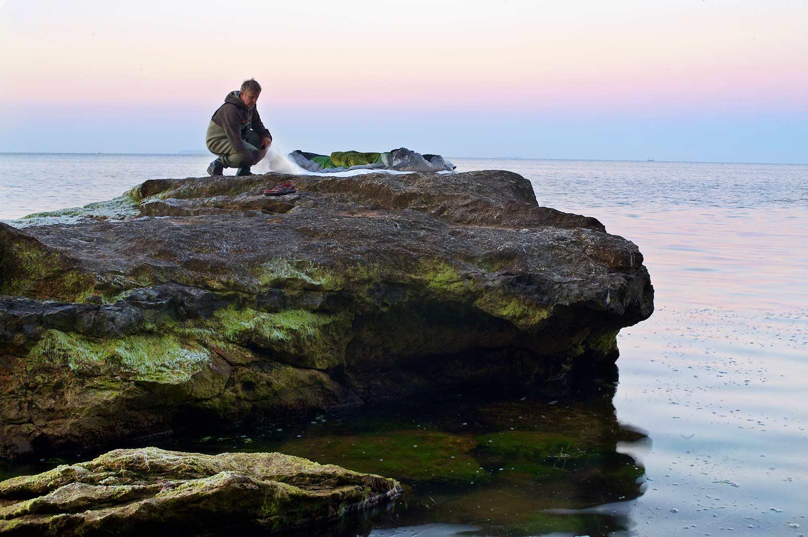 Når du overnatter under åben himmel på kyusten kan det selv på en forårs eller sommernat godt blive koldt og fugtigt. En god soveposer er derfor vigtig, hvis du skal have en komfortabel nat og være klar til det helt tidlige morgenfiskeri.
