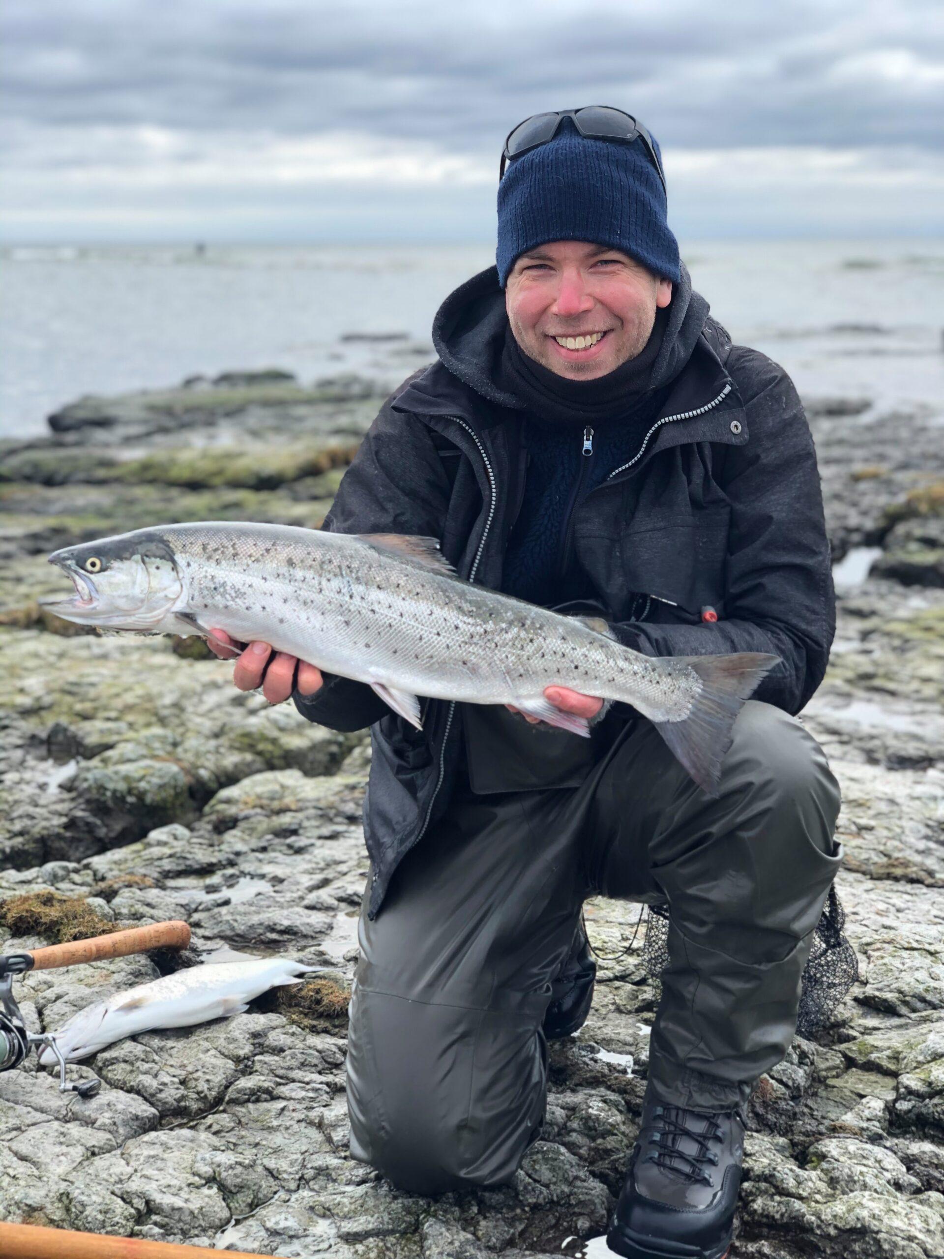 Med denne 67 cm havørred indtager Casper Lundqvist også 3 pladsen i Westins Kyst Cup 2021. Øverst ser du ham med 70,5 cm blankfisken, som givert ham en føring i Cuppen.