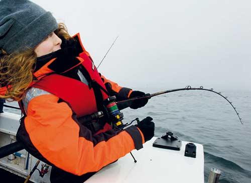 Når drømmefisken skal pumpes til overfladen er det vigtigt med grej, man kan stole på. Havgrej i en god kvalitet holder til mange års hårdt arbejde - her er det Max Bursell i aktion.