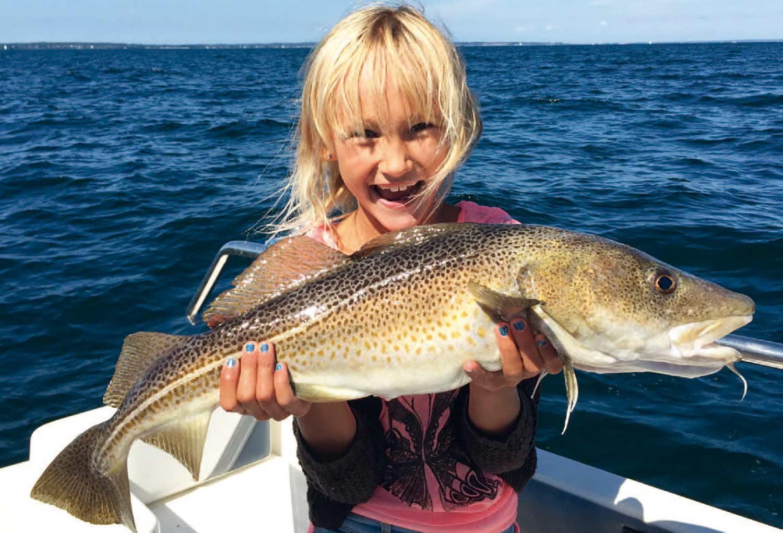 Med det rigtige grej fra starten kan også de yngste få nogen fantastiske oplevelser med havfiskeri. Her er det forfatterens datter med en smuk sommertorsk fra Øresund.