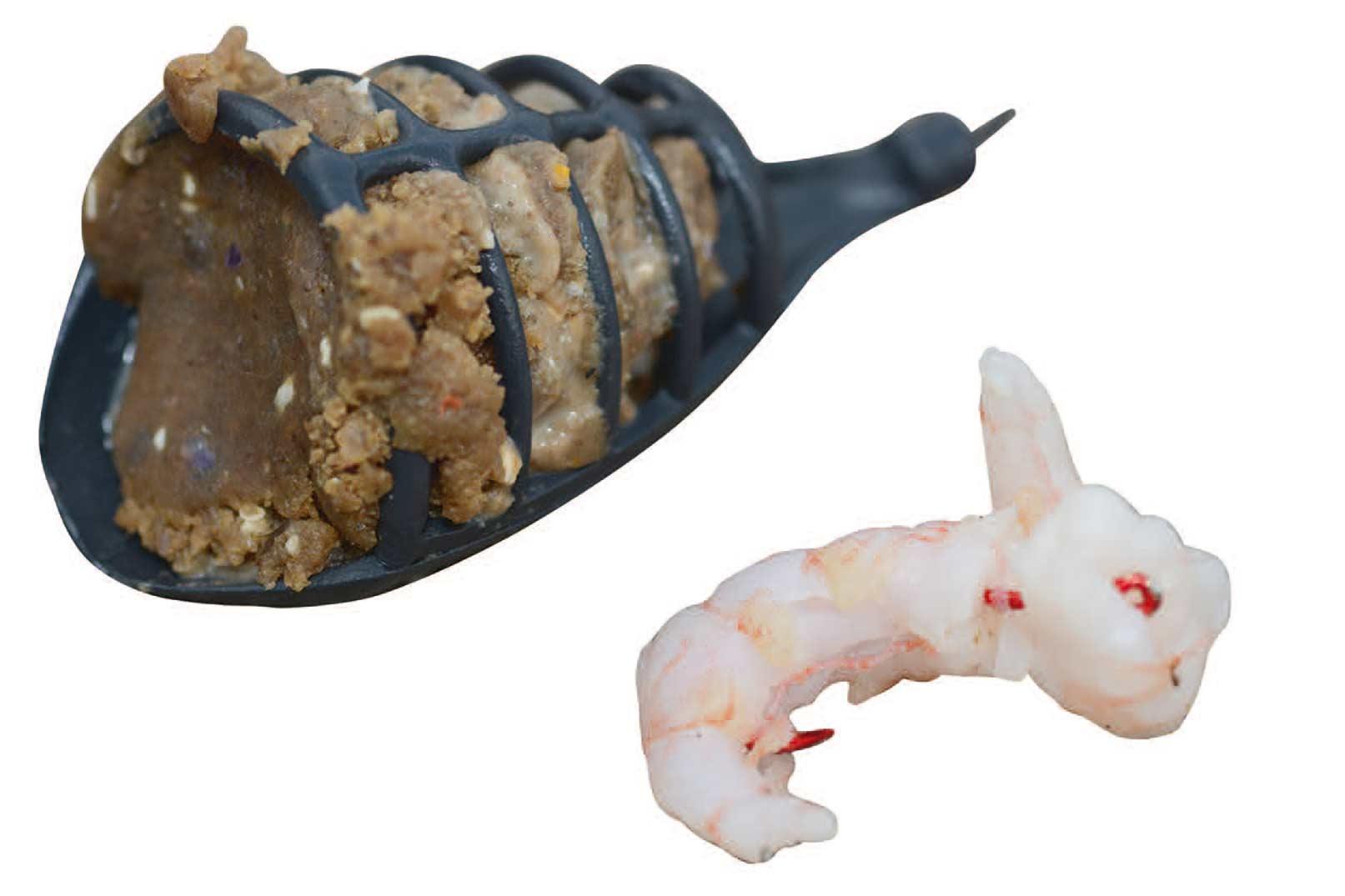 En feeder kan, som her, fyldes med Mussel Paste fra Northern Baits, der vil afgive duftstoffer i lang tid og lokke fiskene til den agnede krog.