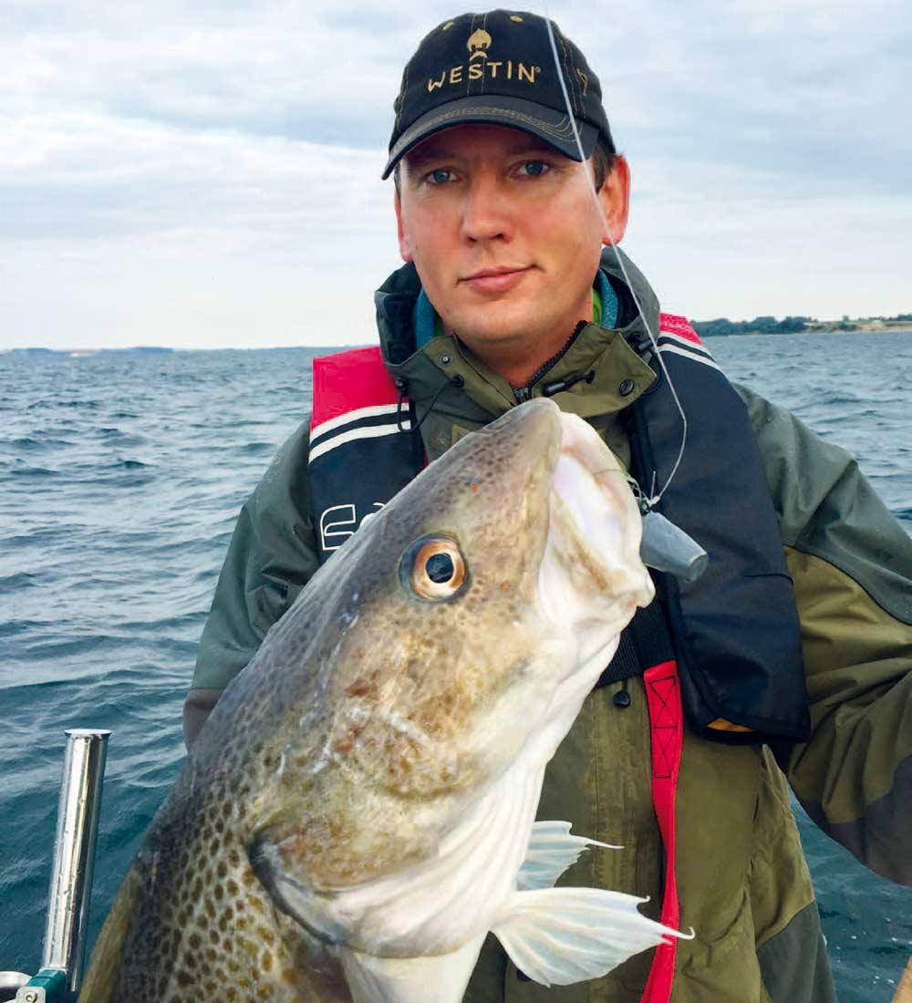 Småbådsfiskeri med let grej og torsk i mellemstørrelsen er enormt underholdende. De tynde liner, der anvendes her, stiller krav til hjulets bremse. Bemærk forfangslinen i 0,60 fluocarbon.