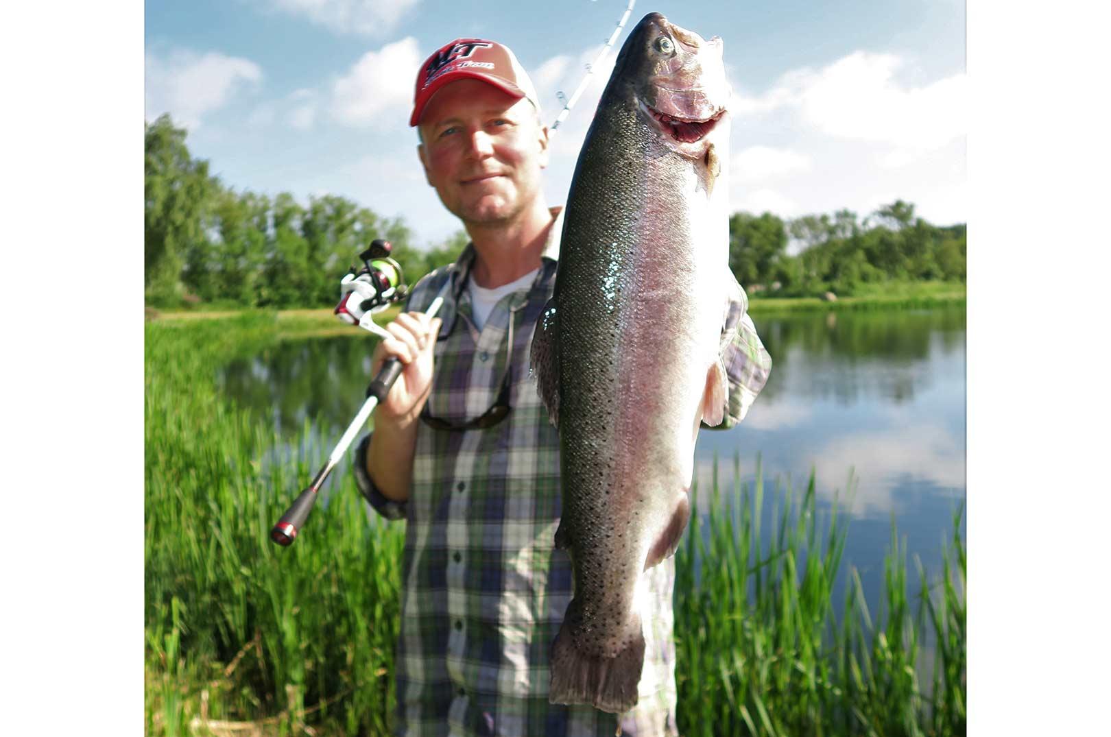 En fin sommerørred der huggede på en varm dag. Fisken huggede helt inde ved land, i en sø der er gravet. Disse søer har ofte en stejl skrænt tæt under land. Fiskene patruljere ofte langs denne.