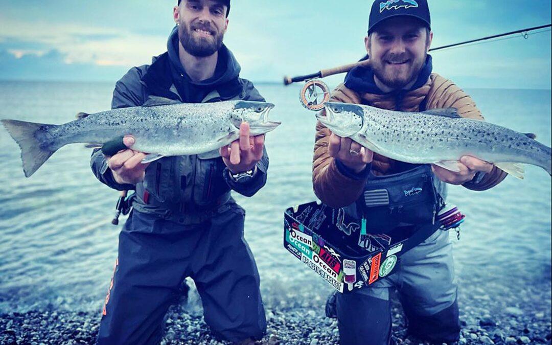 Et par flotte havørreder til Kasper Cederholm Knage og hans kammerat taget på natfluefiskeri.