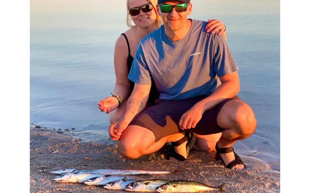 Erik og hans kæreste med en håndfuld fine kystmakreller fra Skansen ved Rørvig.
