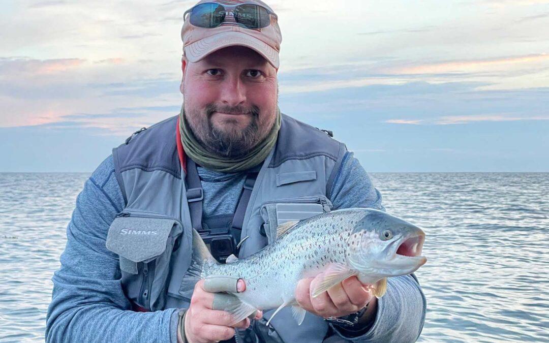 Michael Larsen med sin fine havørred taget på fluestangen i Sydsjælland