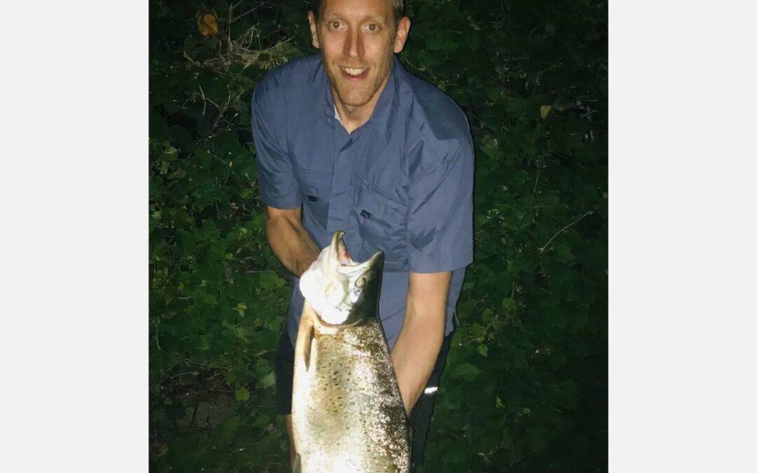 Mikkel Hornbech med sin fantastiske 8 kilos kystørred, der huggede på en Sandeel.