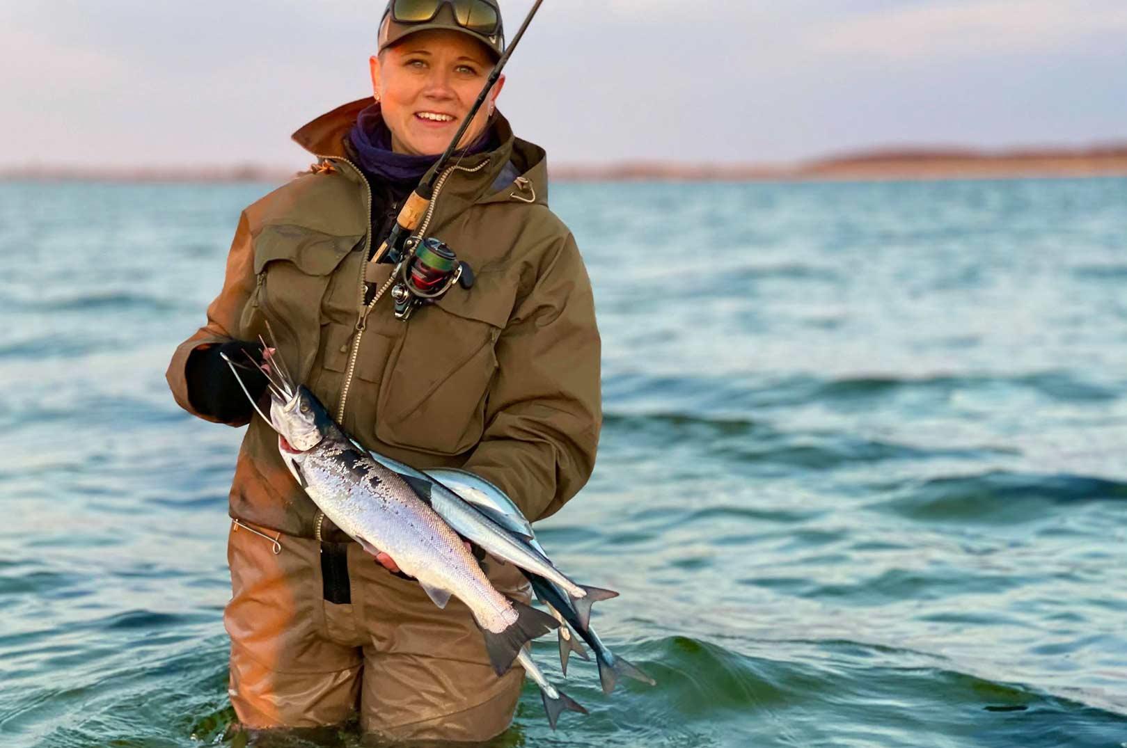 Eriks kæreste med en fin fangst af ørred og hornfisk.