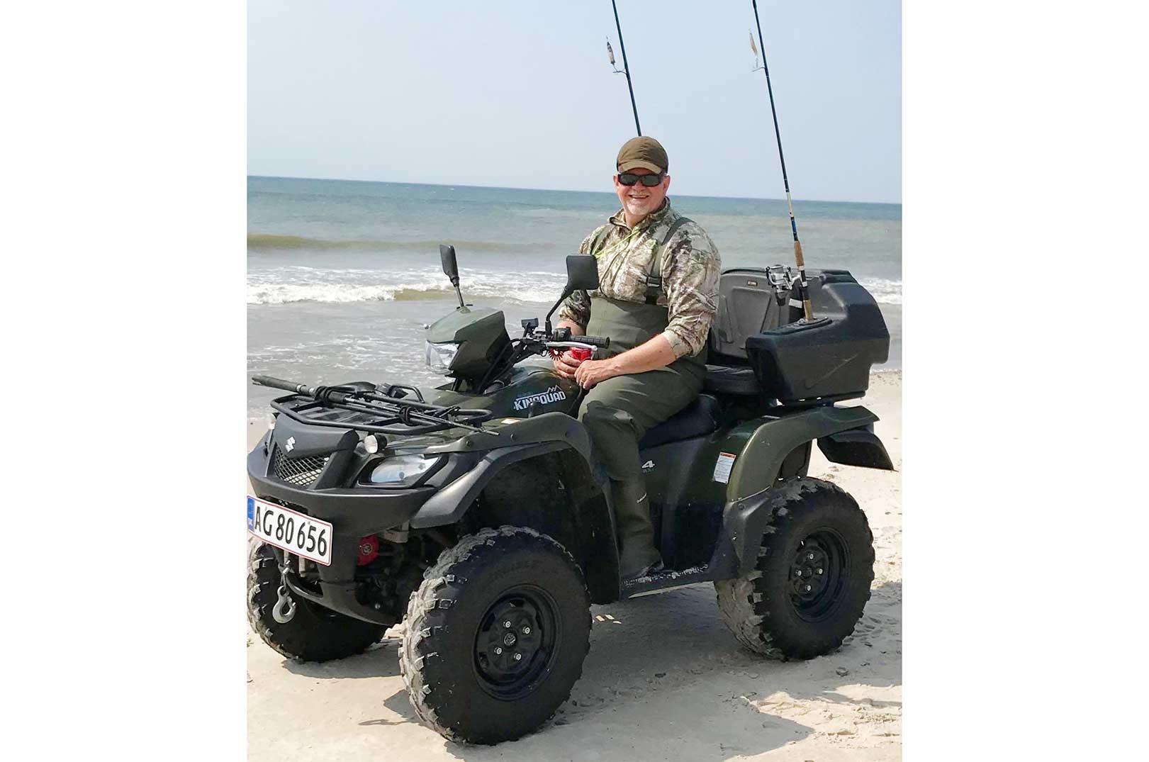 Med sin ATV for Claus Jensen let og hurtigt afsøgt også de dele af stranden, som er mere svært tilgængelig.