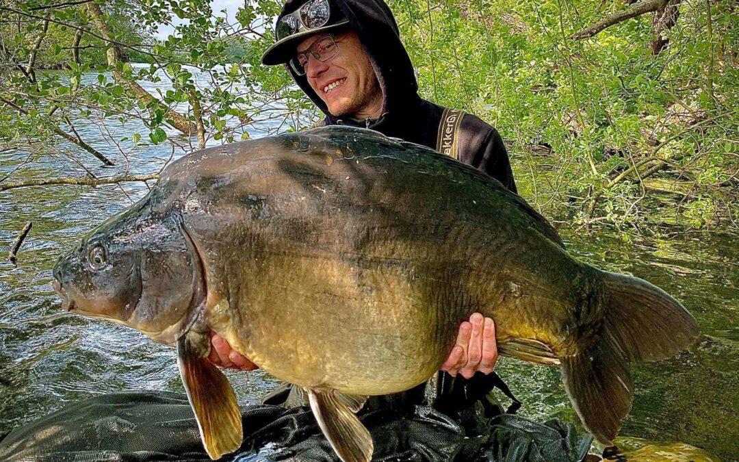 Søren Madsen med sin solide 22 kilo+ karpe taget på boilie.