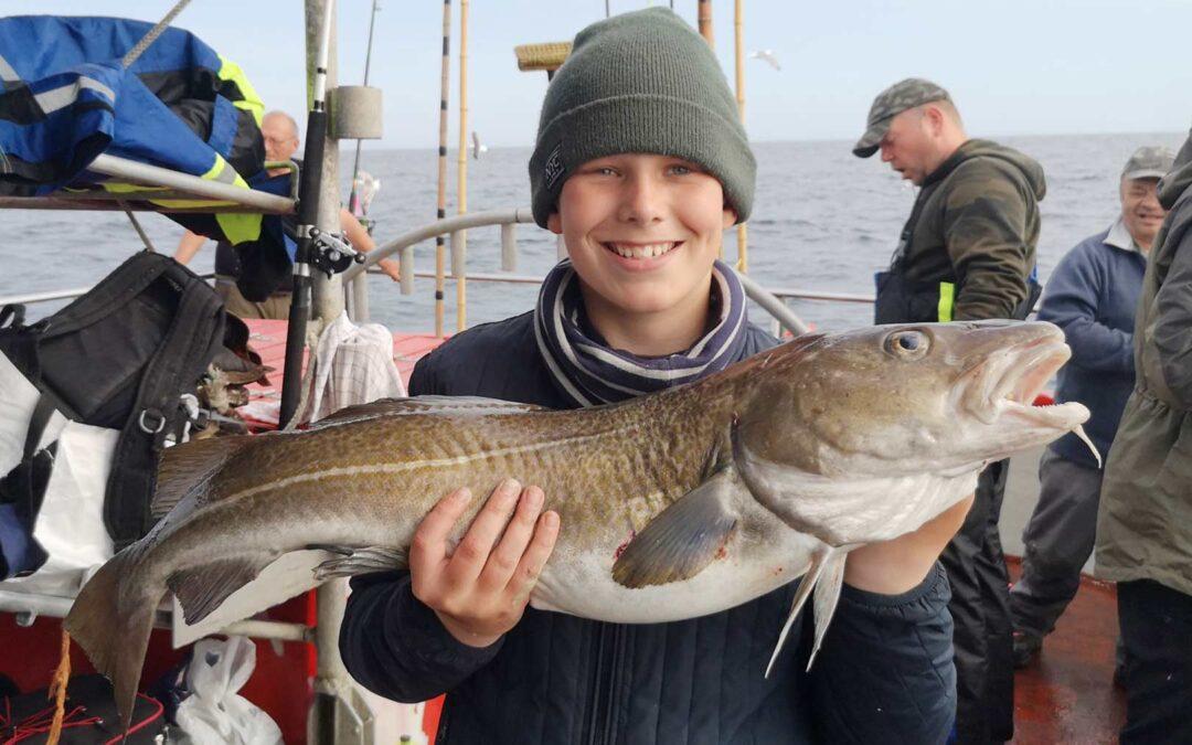 Mikkel med en af sine fine torsk taget ombord på Mølboen på Det Gule Rev