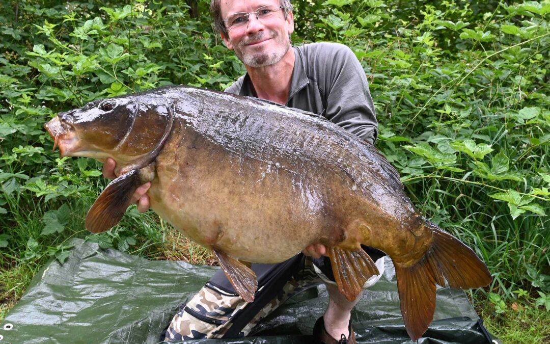 Jens Bursell med en flot 14,2 kilos karpe taget på en Spicy Squid boilie fra CFC-baits