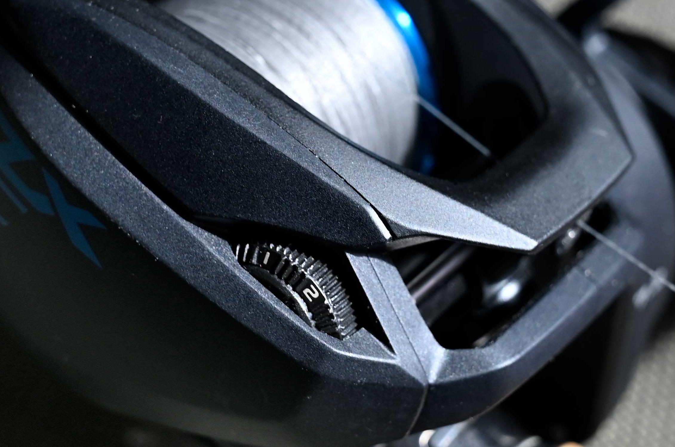 På fronten af højre gavl indstilles hvilket af de 4 modes DC-bremsen skal køre i.