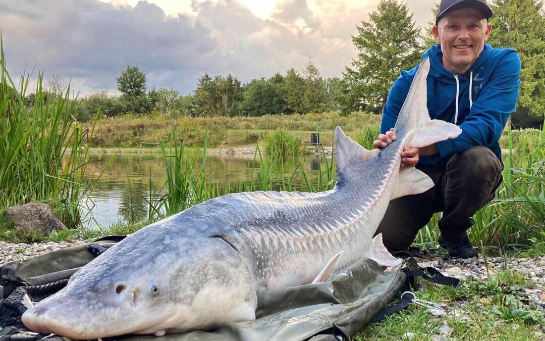 Henrik Carl med sin flotte 32 kilos hviluga fra Poppelsøen.