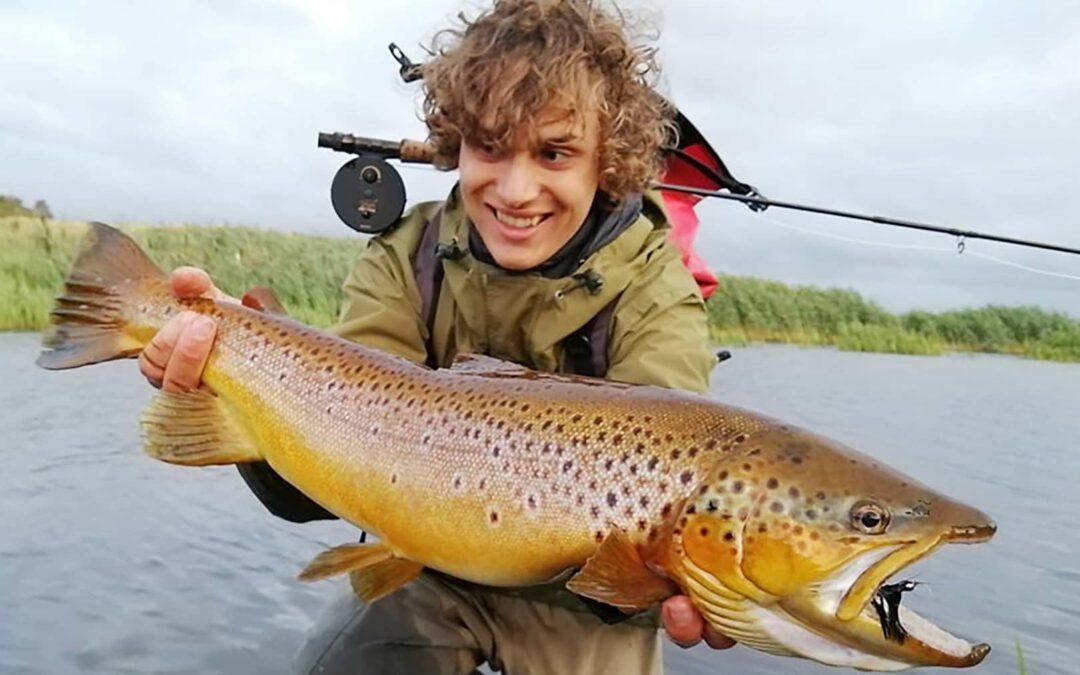 Johannes Thorbjørn Hansen med sin nye PR sørred på fluestangen. Fisken var 65 cm og blev genudsat.