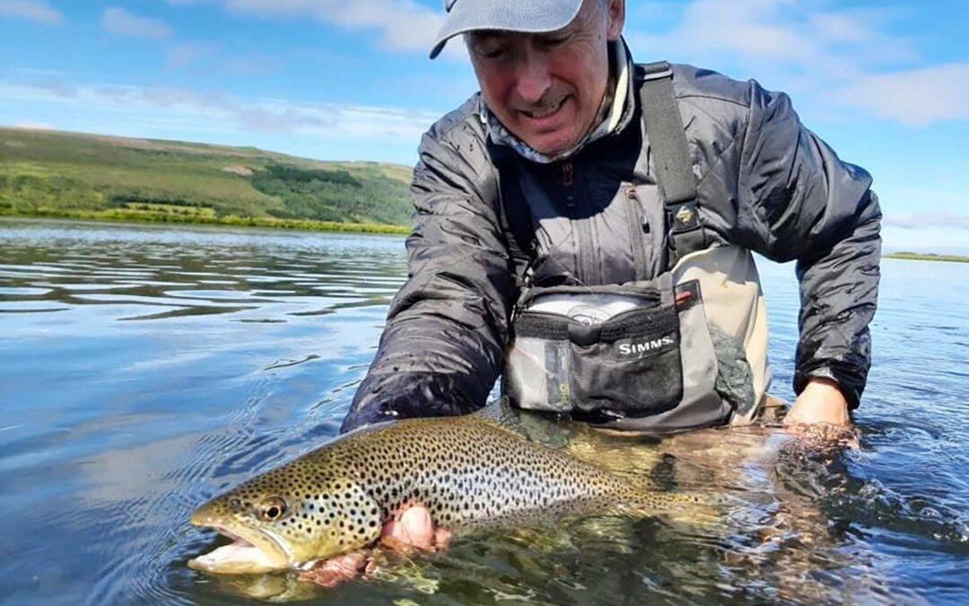 Jan Larsen med en flot fluefanget ørred fra Island