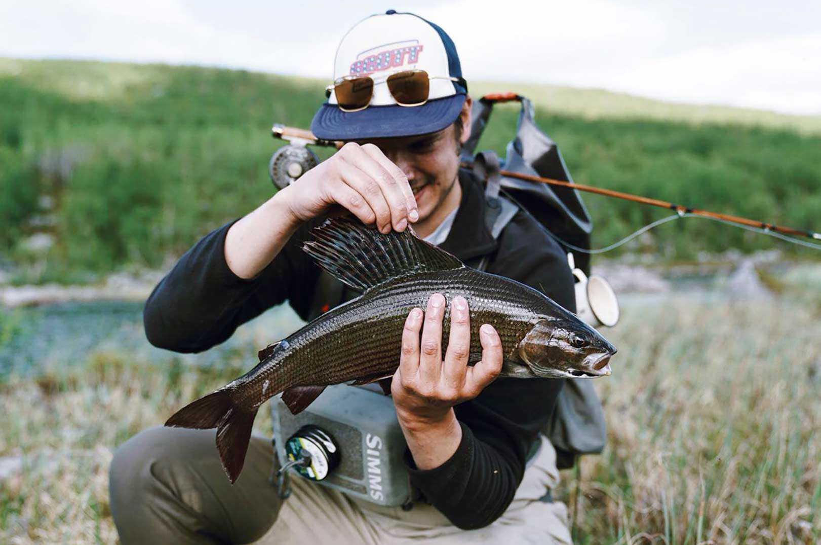 Min fiske ven Joonas med en stalling på 54 cm fanget på sin splltcane og en elk hair caddis tørflue.