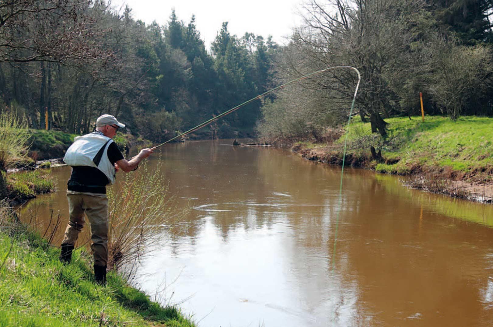 De nedre dele af åen har en god størrelse til tohåndsgrejet og stanglængder på 12 – 13 fod er passende.