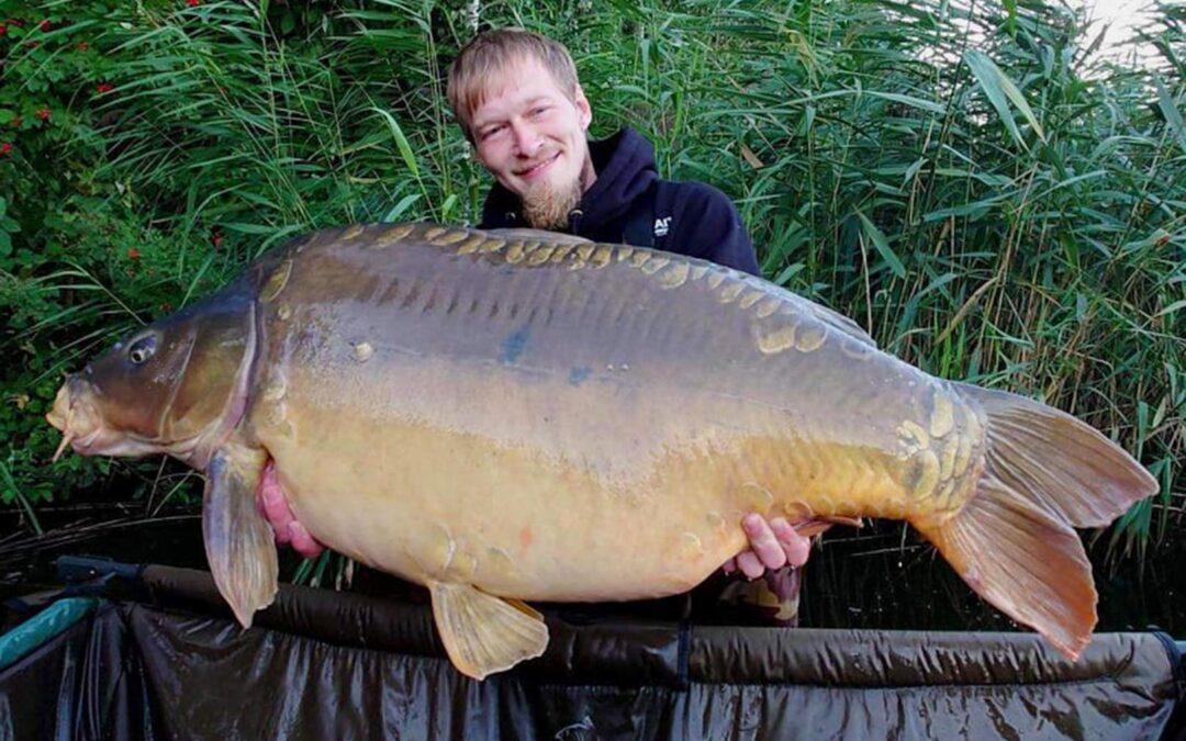 Kevin med sin 22 kilos spejlkarpe fra Goslawice søen i Polen.