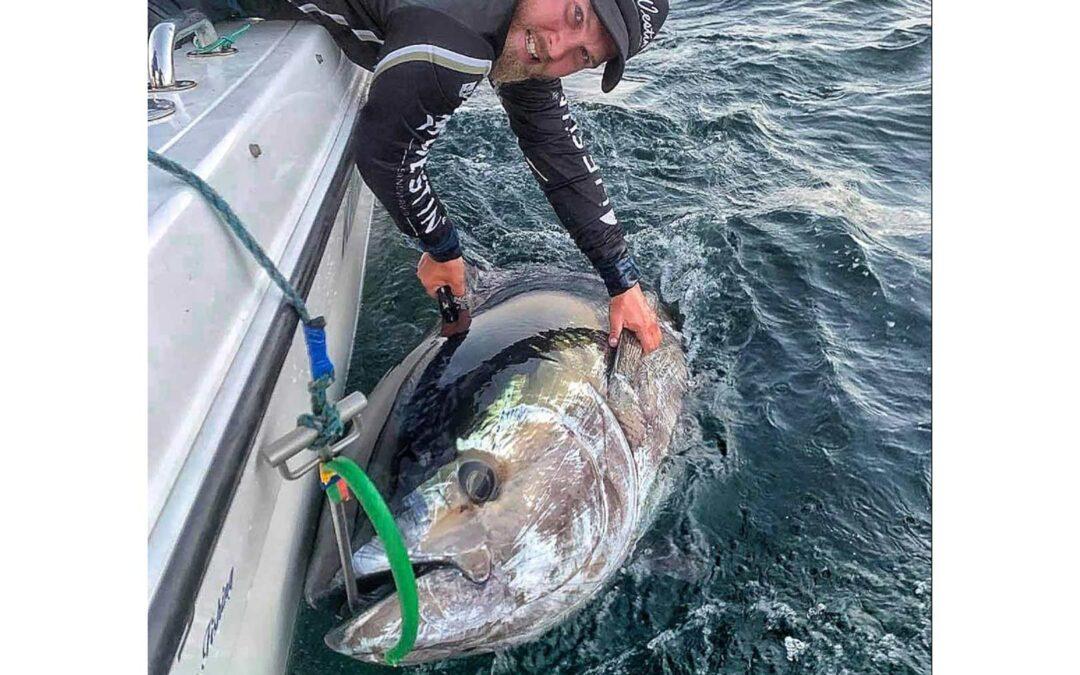 Marco Nielsen med sin 280 cm lange tun taget ud for Gilleleje på en makrel