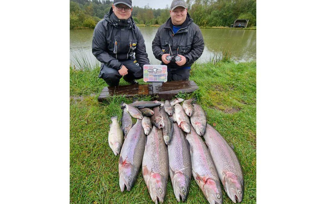Carsten og hans kammerat med en masse fisk fra Vrads Put and Take taget på Flexibait