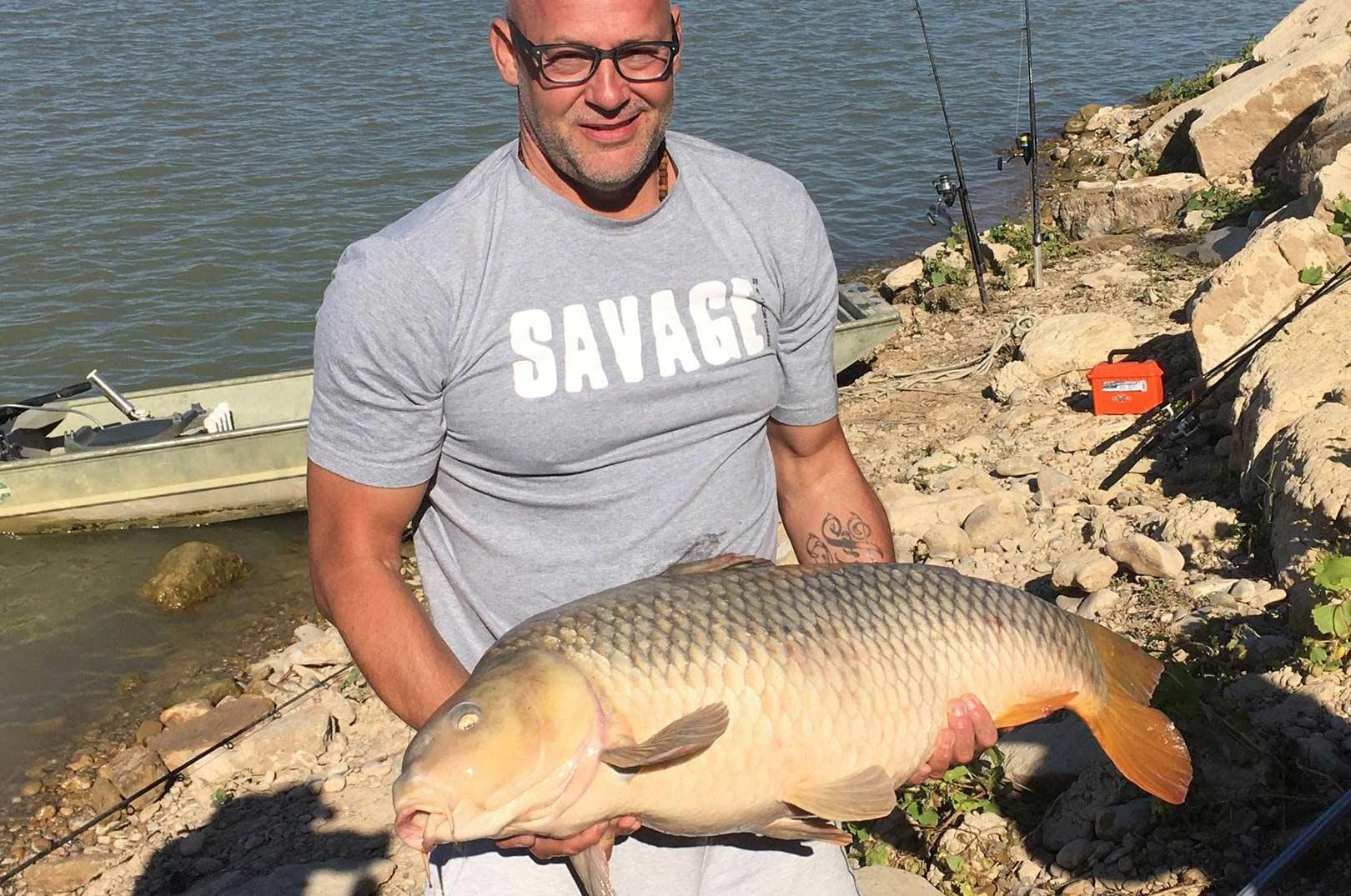 Christian Klæbel med sin flotte 21 kilos karpe fra Ebro. Øverst Carsten med sin flotte malle.