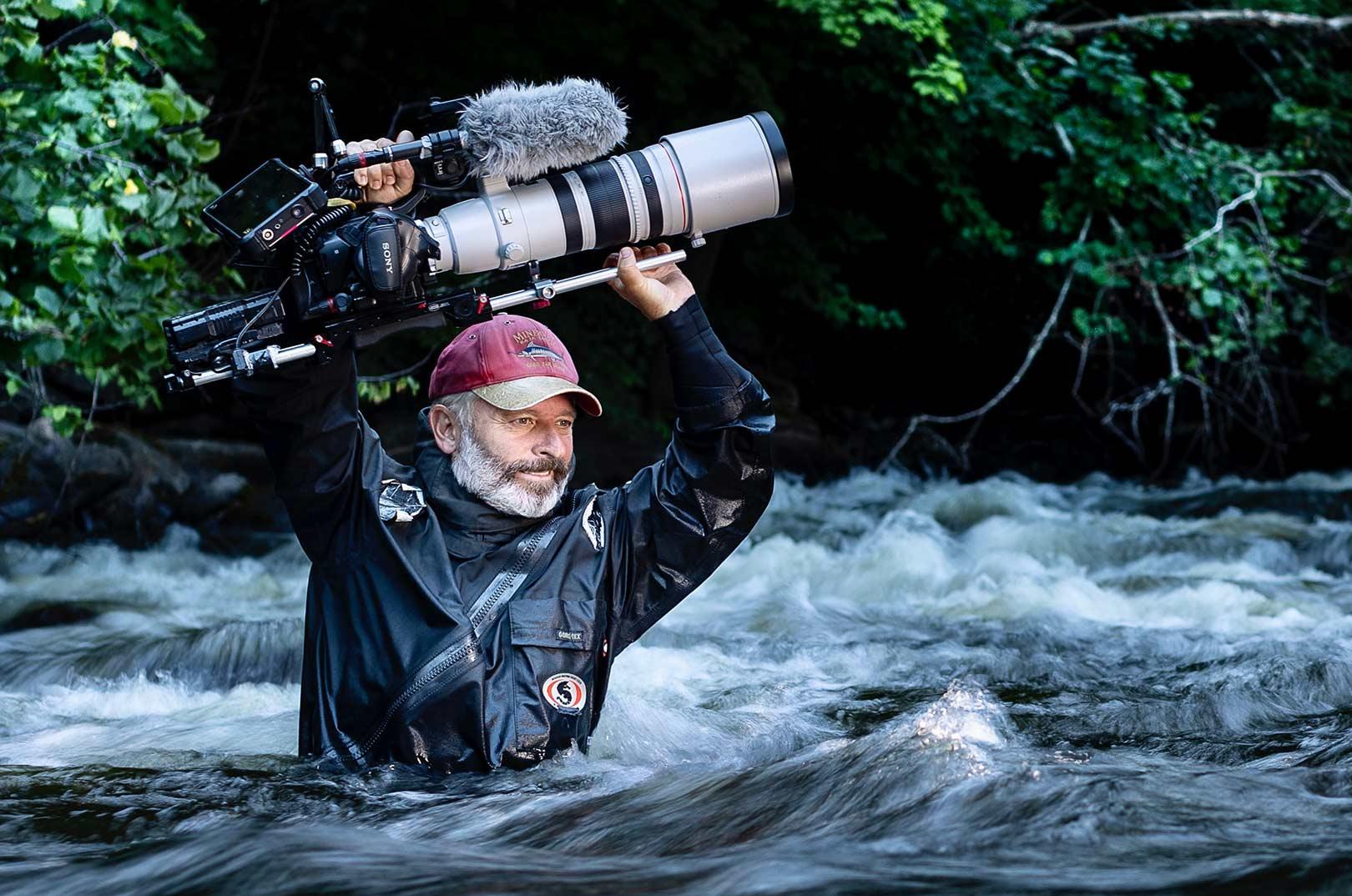 """Du kan roligt glæde dig til den nye svenske TV-film """"Fiskarnas Rike"""" som er filmet af Martin Falklind, som her er godt i gang med det hårde arbejde for at producere de mange unikke filmklip, du kommer til at se."""