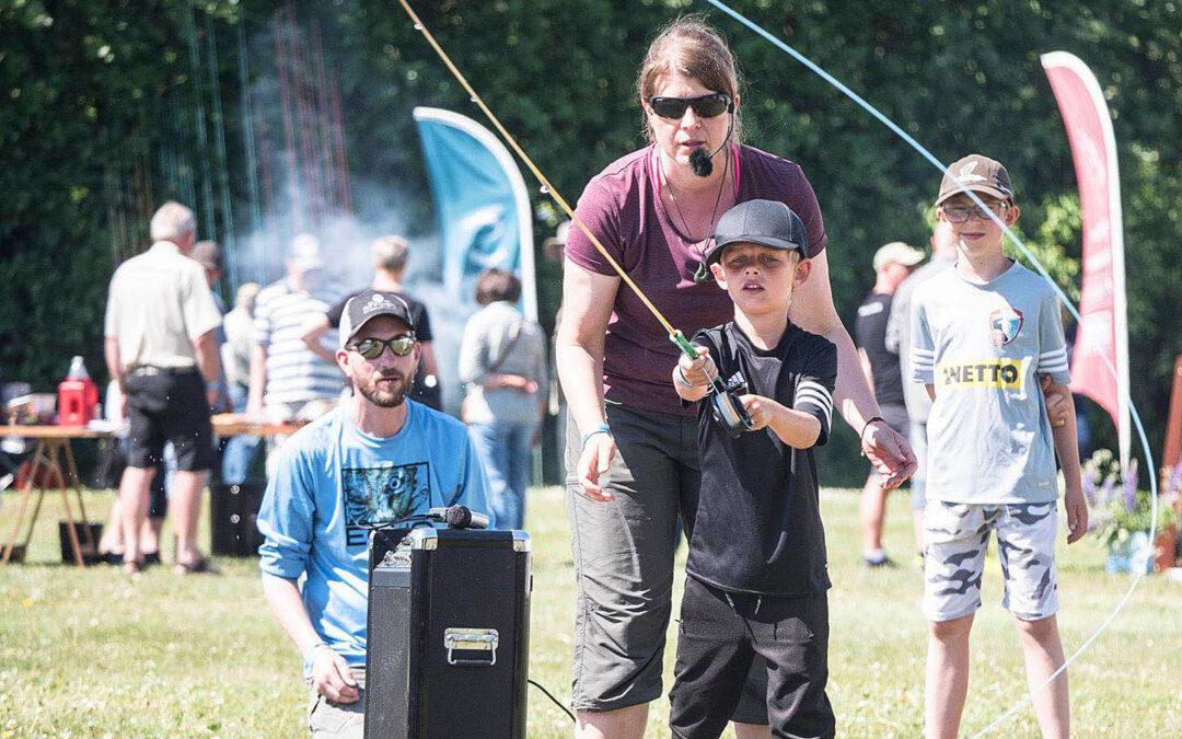 Til Skjern Å lystfiskerfestival er der masser af altiviteter for hele familien.